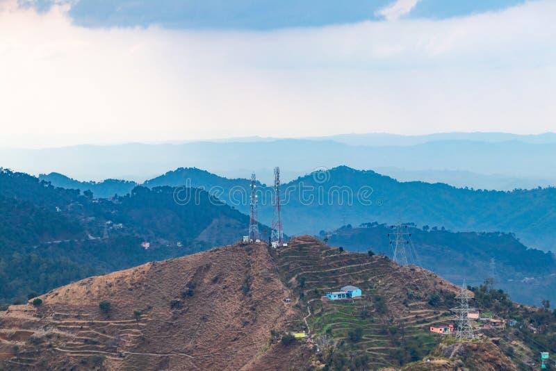 Радиосвязь или мобильная башня установленные в зону холма стоковая фотография