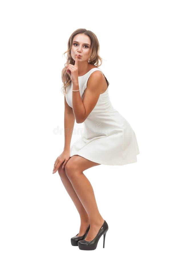 Радостная девушка в белом платье на белой предпосылке стоковое изображение rf
