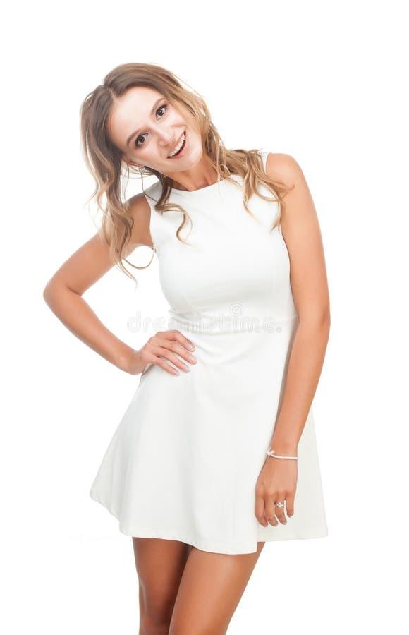 Радостная девушка в белом платье на белой предпосылке стоковые изображения