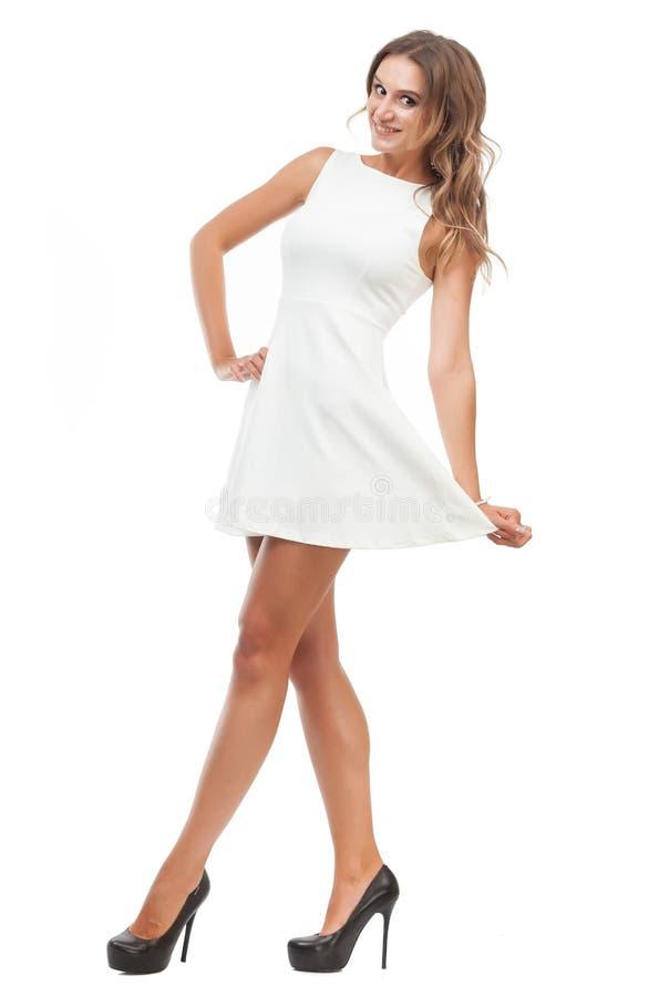 Радостная девушка в белом платье на белой предпосылке стоковые изображения rf