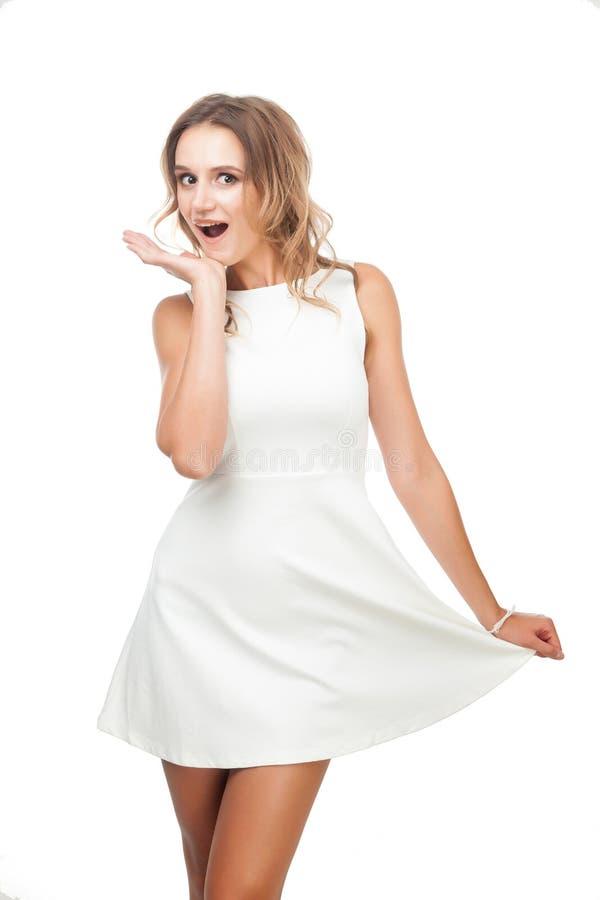 Радостная девушка в белом платье на белой предпосылке стоковое фото
