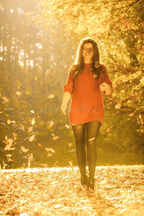 Радостная девушка имея потеху с листьями в осеннем парке стоковая фотография rf
