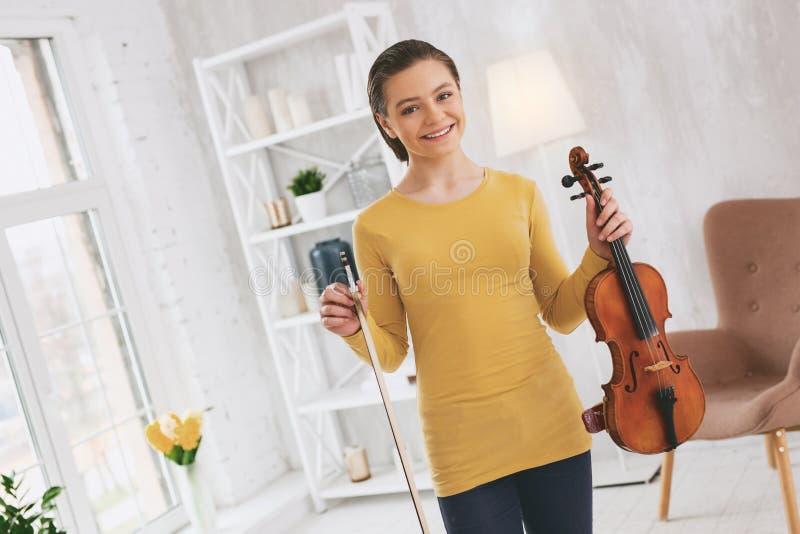 Радостная девушка смотря прямо на камере стоковое изображение
