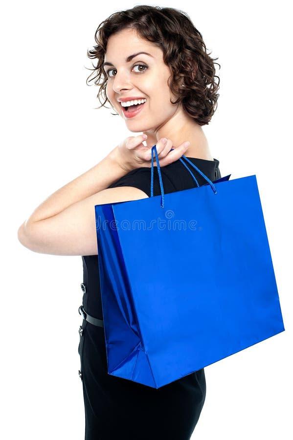 Радостная женщина представляя с хозяйственной сумкой стоковые изображения