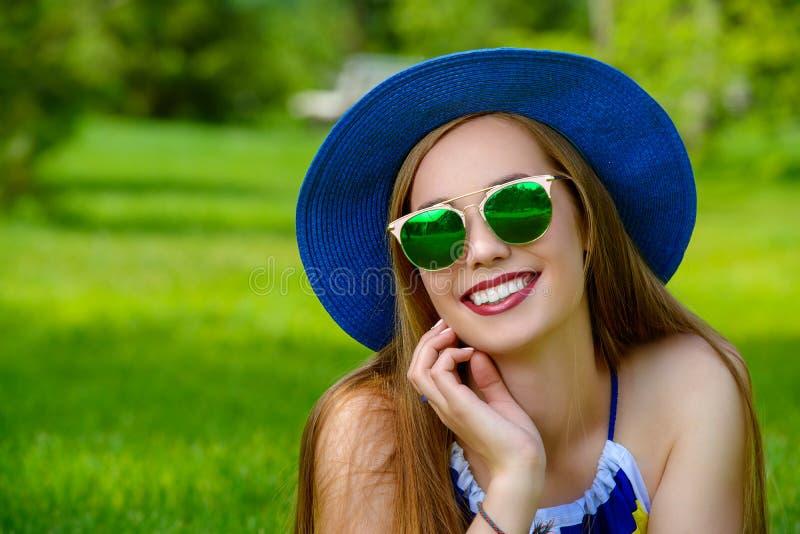 радостные детеныши женщины стоковые фото