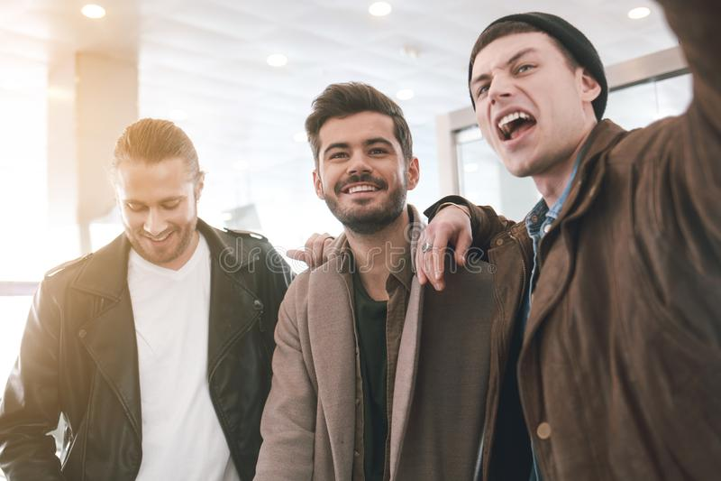 Радостные друзья expessing положительные эмоции стоковые фотографии rf