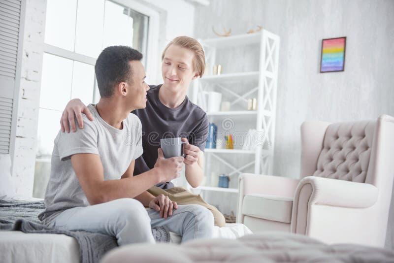 Радостные пары гомосексуалиста показывая влюбленность стоковое изображение