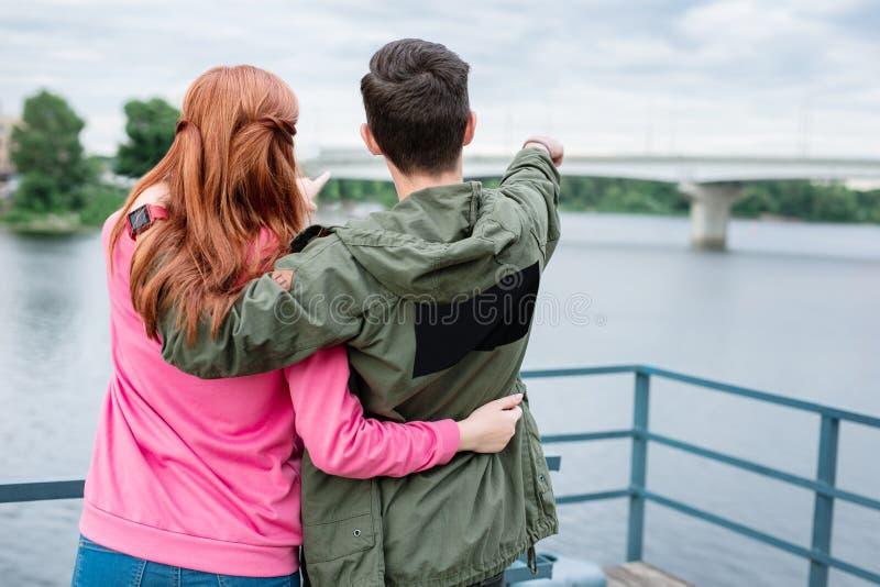 Радостные славные пары смотря мост стоковая фотография rf