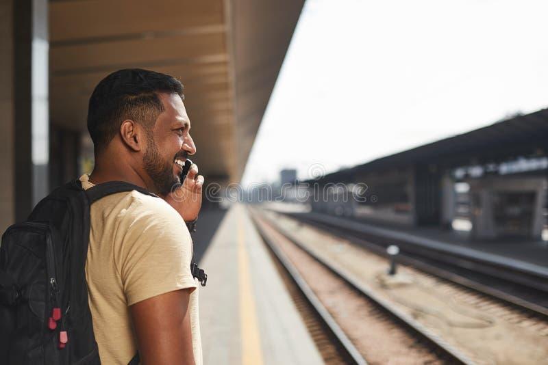 Радостный индусский человек имея телефонный разговор стоковое фото rf