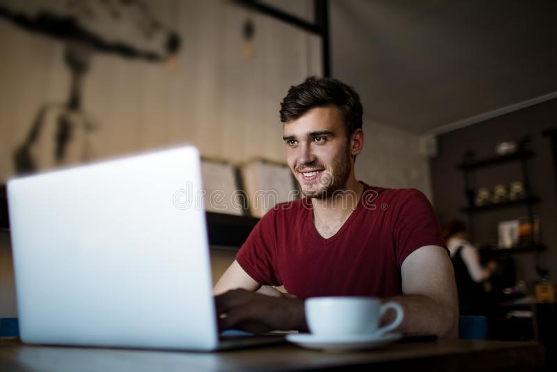 Радостный красивый мужчина имея онлайн звонок через netbook во время времени воссоздания в ресторане стоковые фото