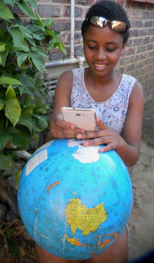 Радостный молодой мобильный телефон просматривать девушки подростка outdoors стоковые фото
