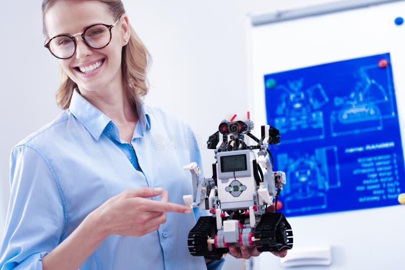 Радостный умный инженер держа робот стоковое изображение rf