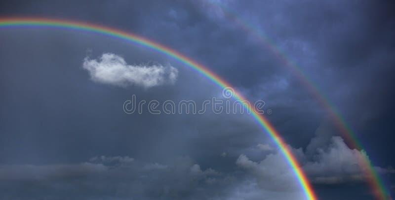 Радуга в небе после дождя стоковое изображение rf