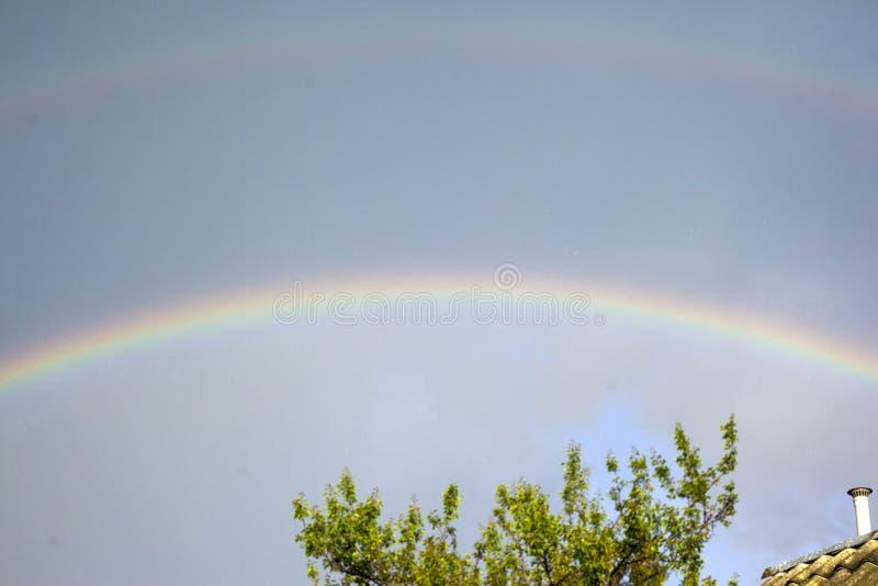 Радуга в темном небе после дождя стоковые изображения rf
