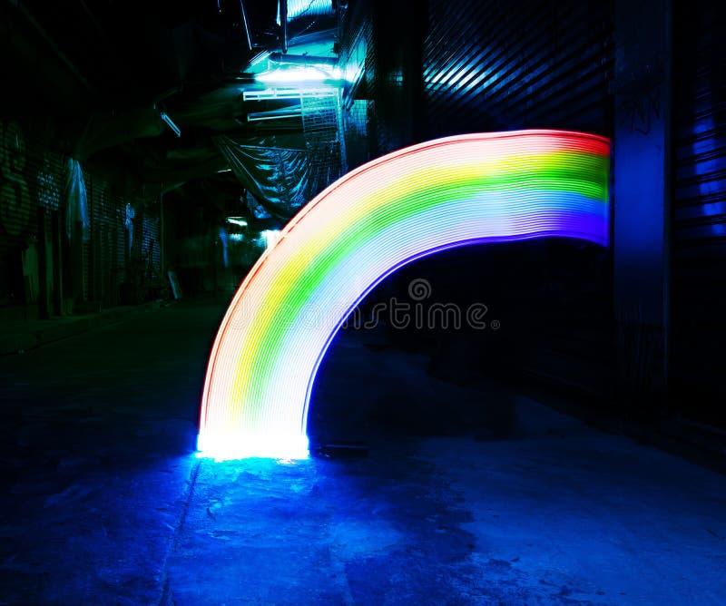 Радуга освещает линии nighttime долгой выдержки движения стоковое фото rf