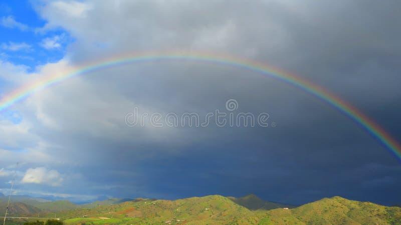 Радуга spanning долина стоковое изображение
