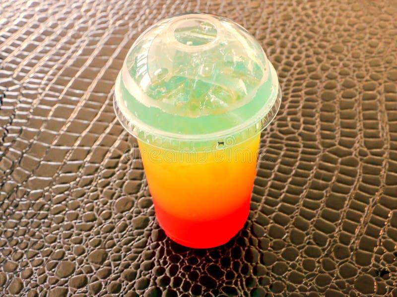 Радужная вода, сода, помещаемая на стол стоковая фотография