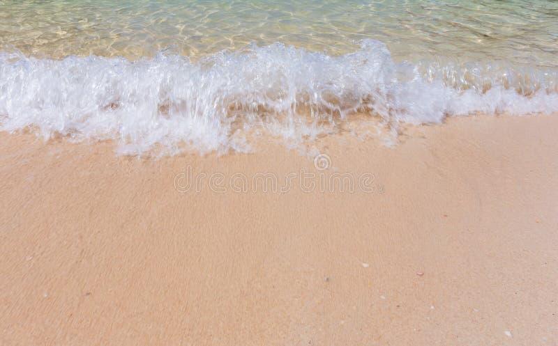Разбивая волна и пляж с белым песком на пляже Railay, Krabi, тайском стоковое фото