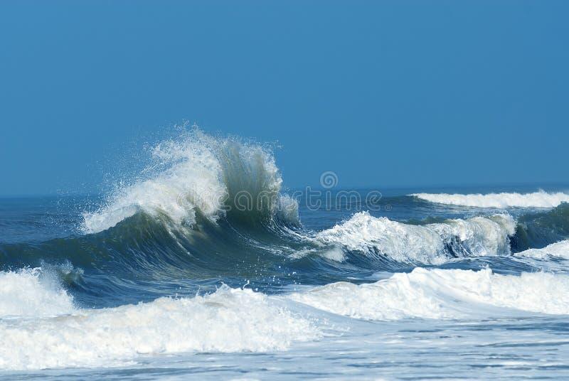 разбивая мощная волна стоковое изображение