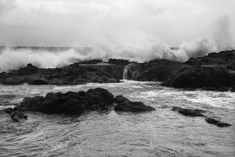разбивая утесистые волны берега стоковая фотография rf
