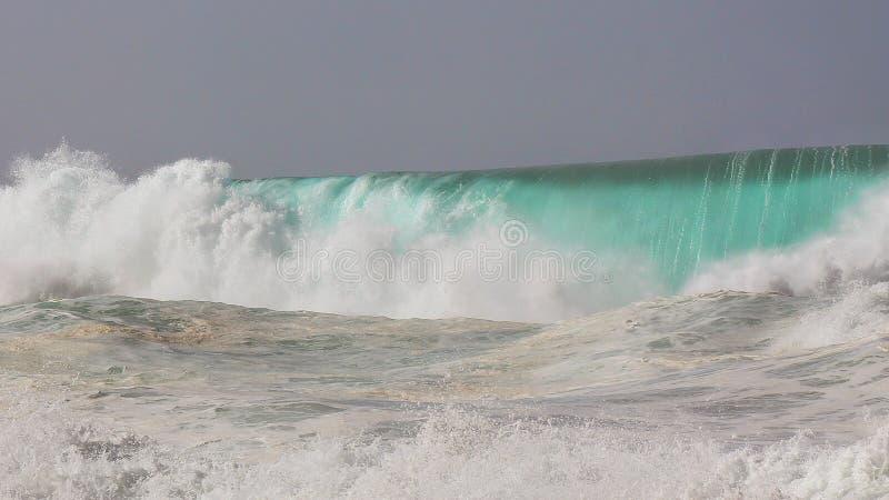 Разбивая cloe волны огромное вне barrel северный берег стоковые изображения rf