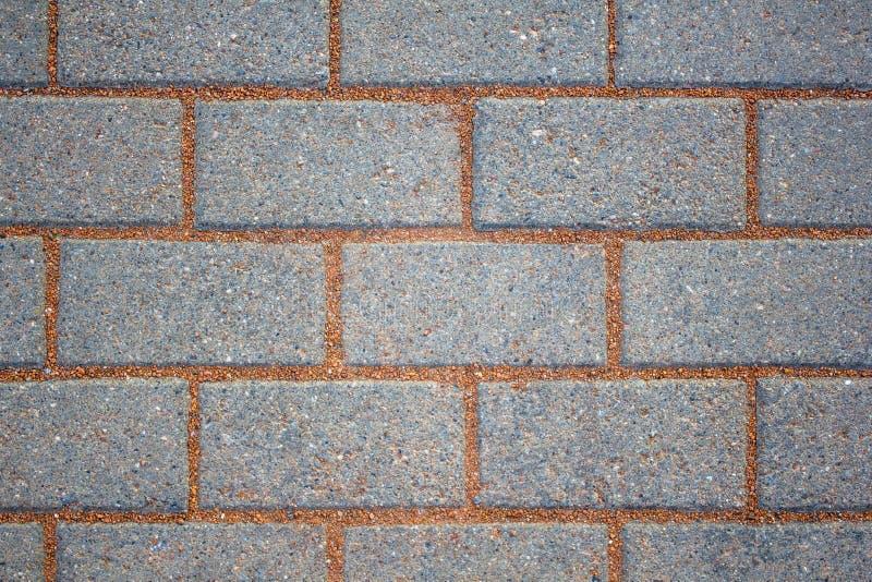 Разбитая стена серых голубых кирпичей с краснокаменным цементом текстура грубой поверхности стоковое изображение