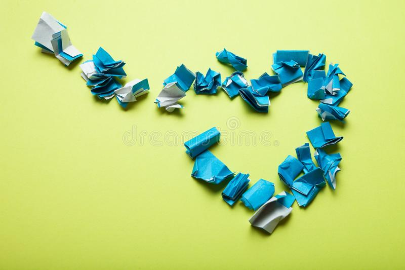 Разбитый сердце от голубой скомканной бумаги на желтой предпосылке иллюстрация штока