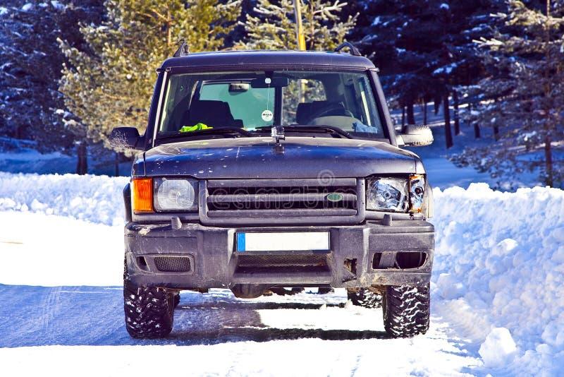 Разбили открытие Land Rover в снеге стоковое фото