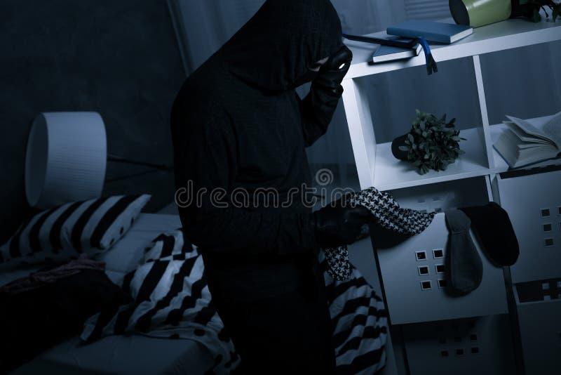 Разбойник в темной грязной комнате стоковая фотография rf
