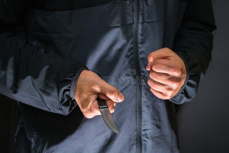 Разбойник с ножом - персона улицы убийцы с abou острого ножа стоковые фото