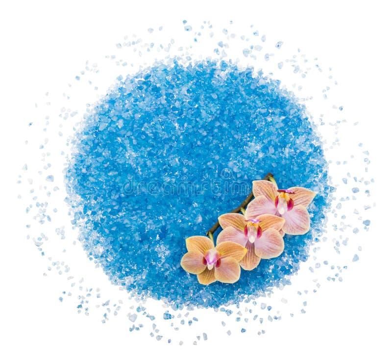 Разбросанная голубая соль для принятия ванны с цветком орхидеи стоковое фото rf
