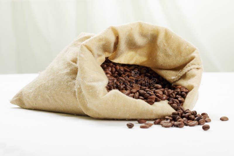 разбросанная кофе белизна tabletop стоковое изображение rf