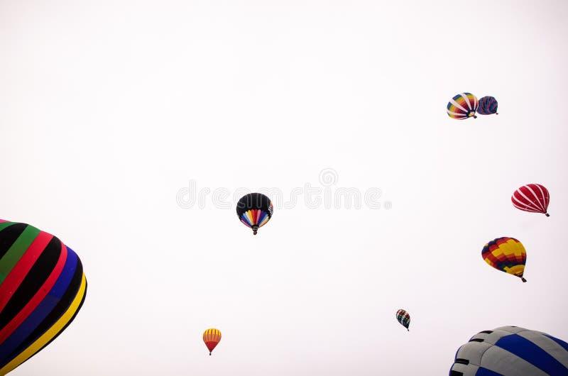 Разбросанная сцена различных горячих воздушных шаров воздушнодесантных в небе стоковое фото rf
