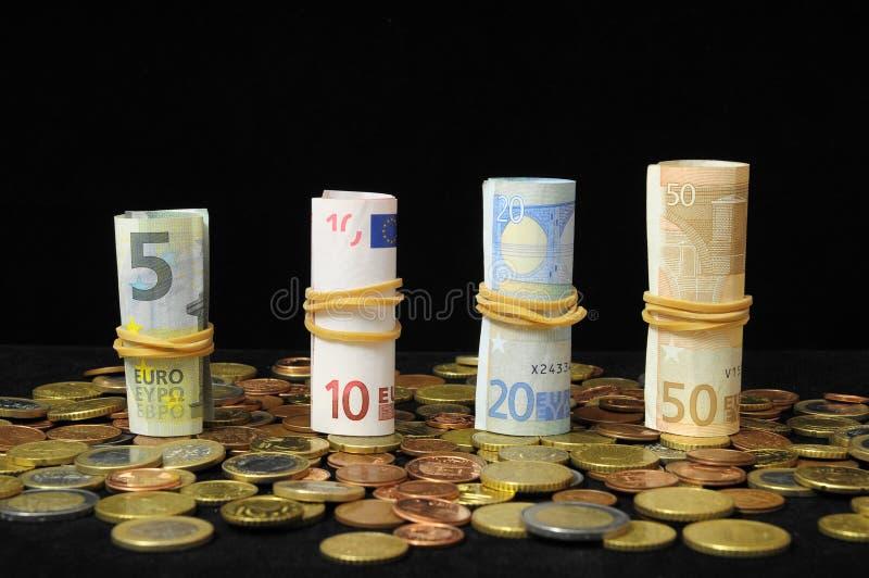 Download Разбросанные деньги стоковое изображение. изображение насчитывающей дело - 33735193