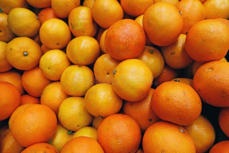 Разбросанные зрелые желтые tangerines стоковая фотография