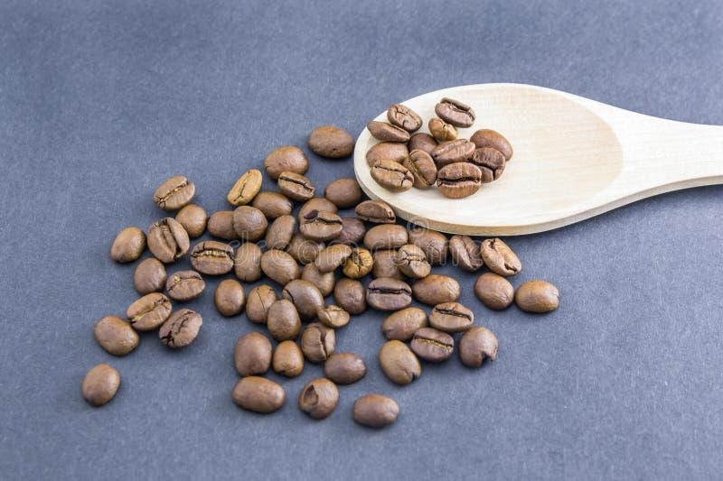 Разбросанные кофейные зерна от деревянной ложки стоковое изображение rf