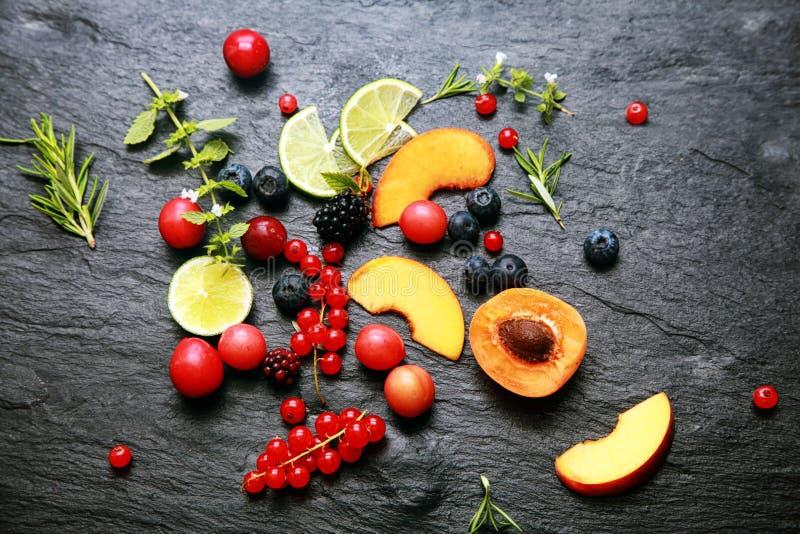 Разбросанные свежие фрукты и ягоды стоковое фото rf