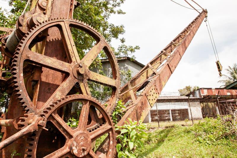 Развалина и ржавый минируя экскаватор в старой получившейся отказ шахте олова стоковые фотографии rf