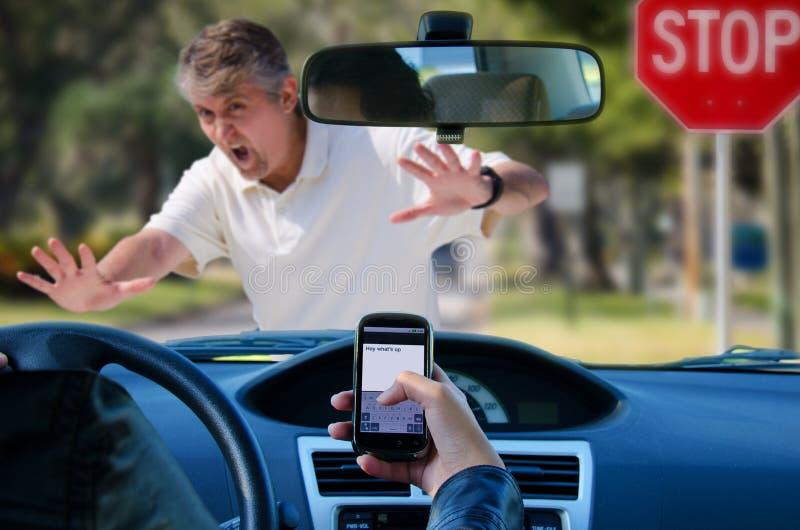 Развалина Texting и управлять ударяя пешехода стоковое изображение