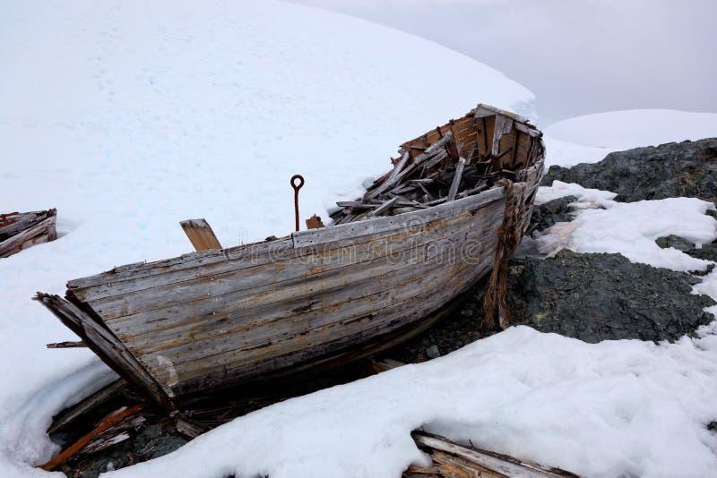 Download Развалина старой покинутой шлюпки китоловства в Антарктике Стоковое Изображение - изображение насчитывающей whaler, stranded: 33732303
