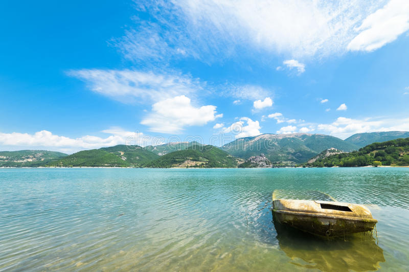 Развалина шлюпки на озере в перспективе стоковая фотография rf