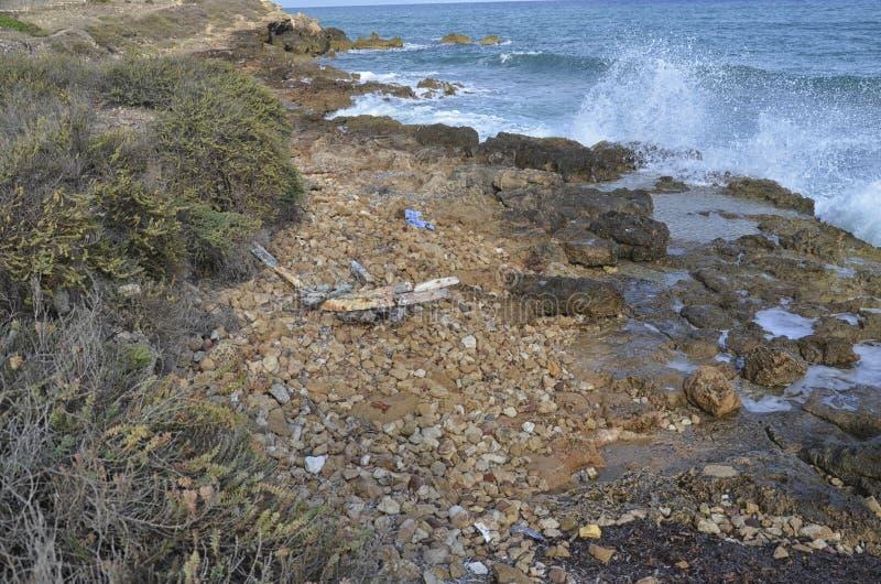 Развалина шлюпки с переселенцами на борту стоковое фото