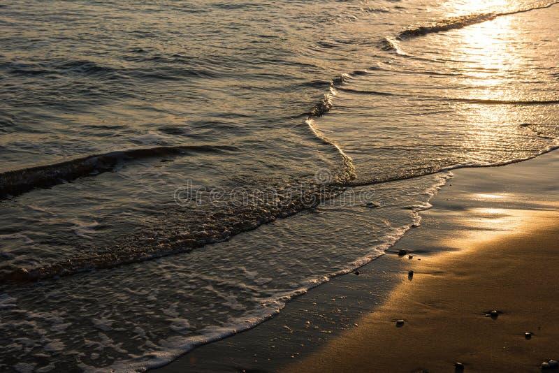Развевает причаливая песчаный пляж во время захода солнца стоковые изображения rf