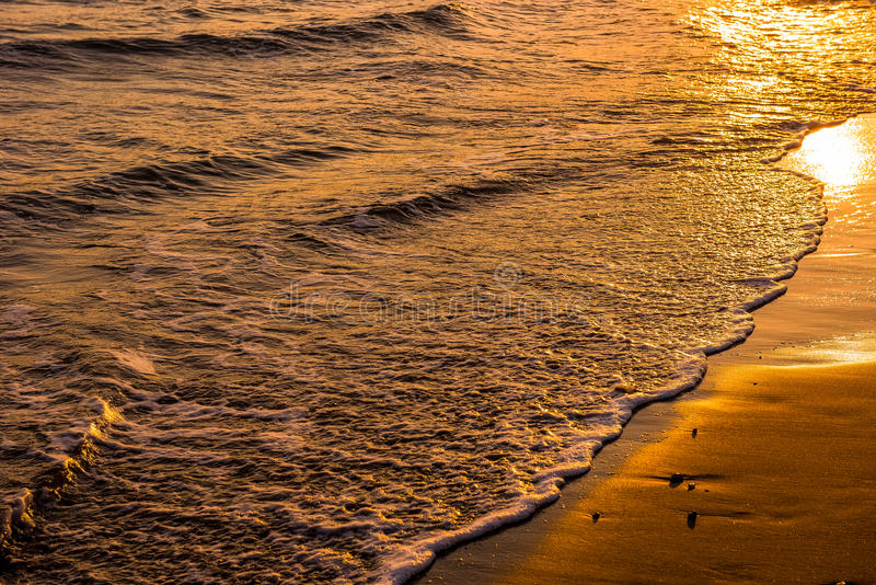 Развевает причаливая песчаный пляж во время захода солнца стоковое изображение rf