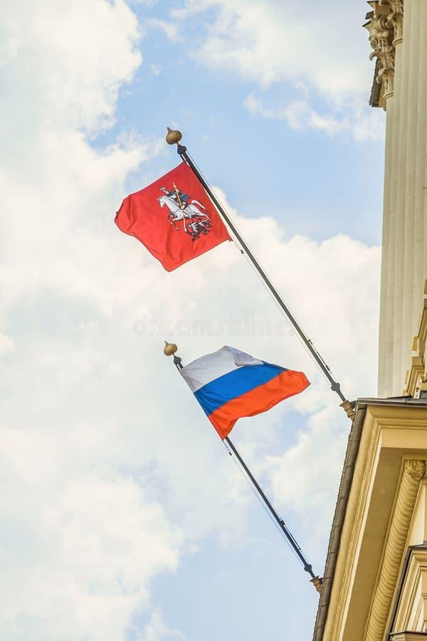 Развевать в флаге ветра города Москвы и национального флага России стоковое фото