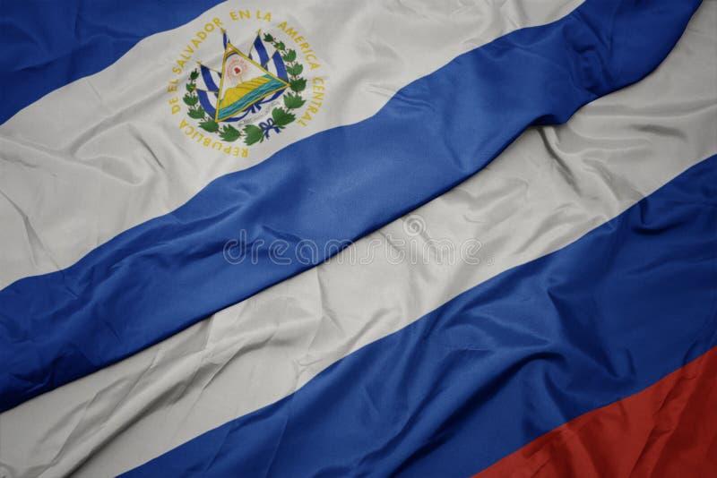 развевая красочный флаг России и национальный флаг Сальвадора стоковая фотография