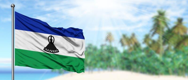 Развевая флаг Лесото в солнечном голубом небе с предпосылкой пляжа лета Отдыхает тема, концепция праздника стоковые изображения rf