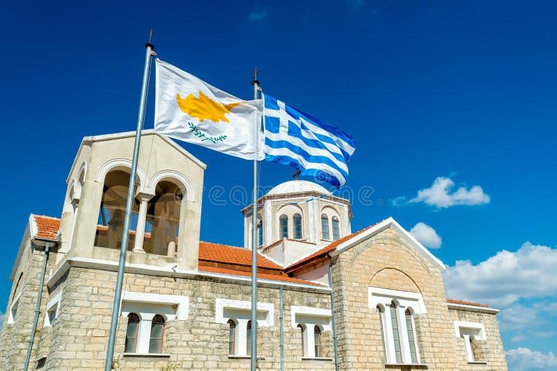 Развевая флаг Кипра и Греции с православной церков церковью на bac стоковое изображение