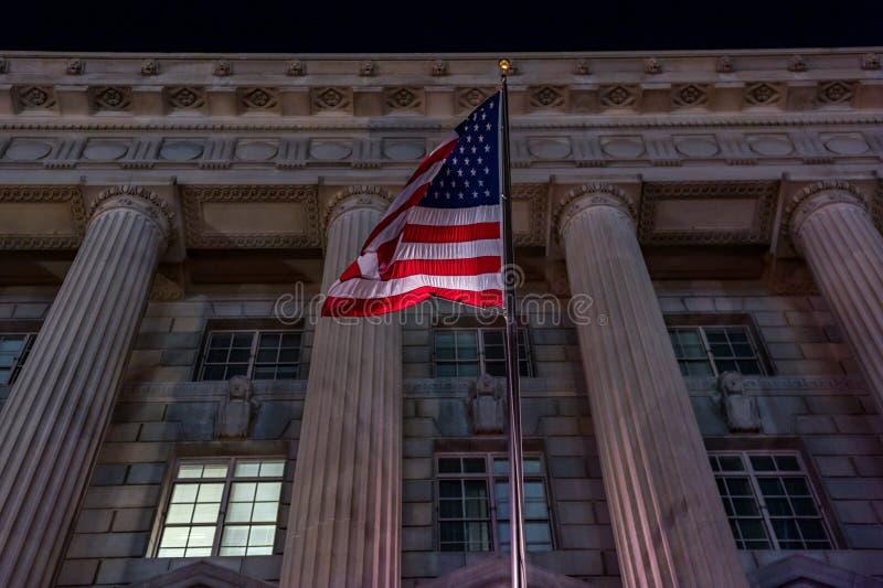 Развевая флаг США в DC Вашингтона Фотосессия ночи стоковые фотографии rf