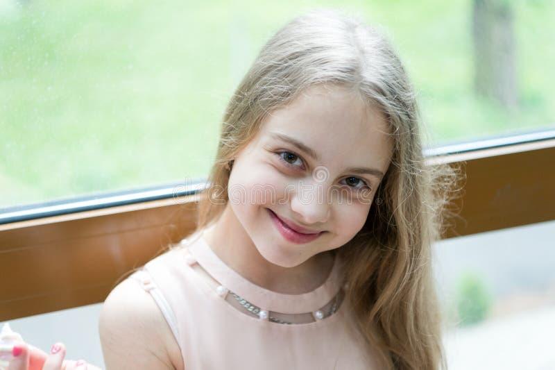 Разверните улыбку Прелестный небольшой ребенок с длинными светлыми волосами и счастливой улыбкой Жизнерадостная маленькая девочка стоковая фотография rf